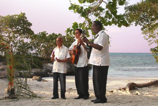 músicos en las playas del este de la habana