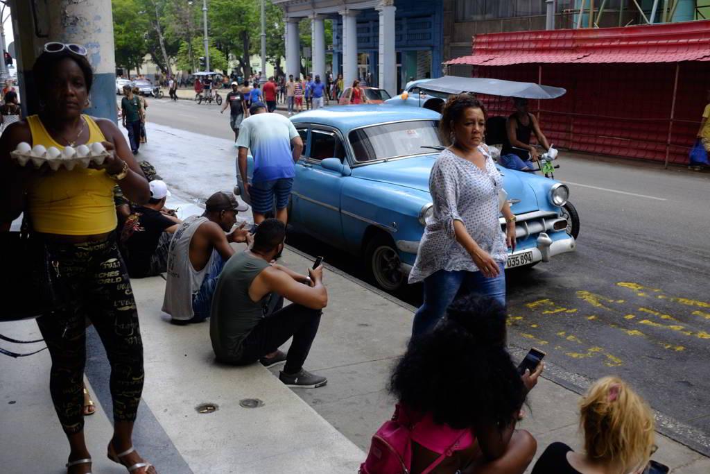 cubanos conectados a internet en la Habana