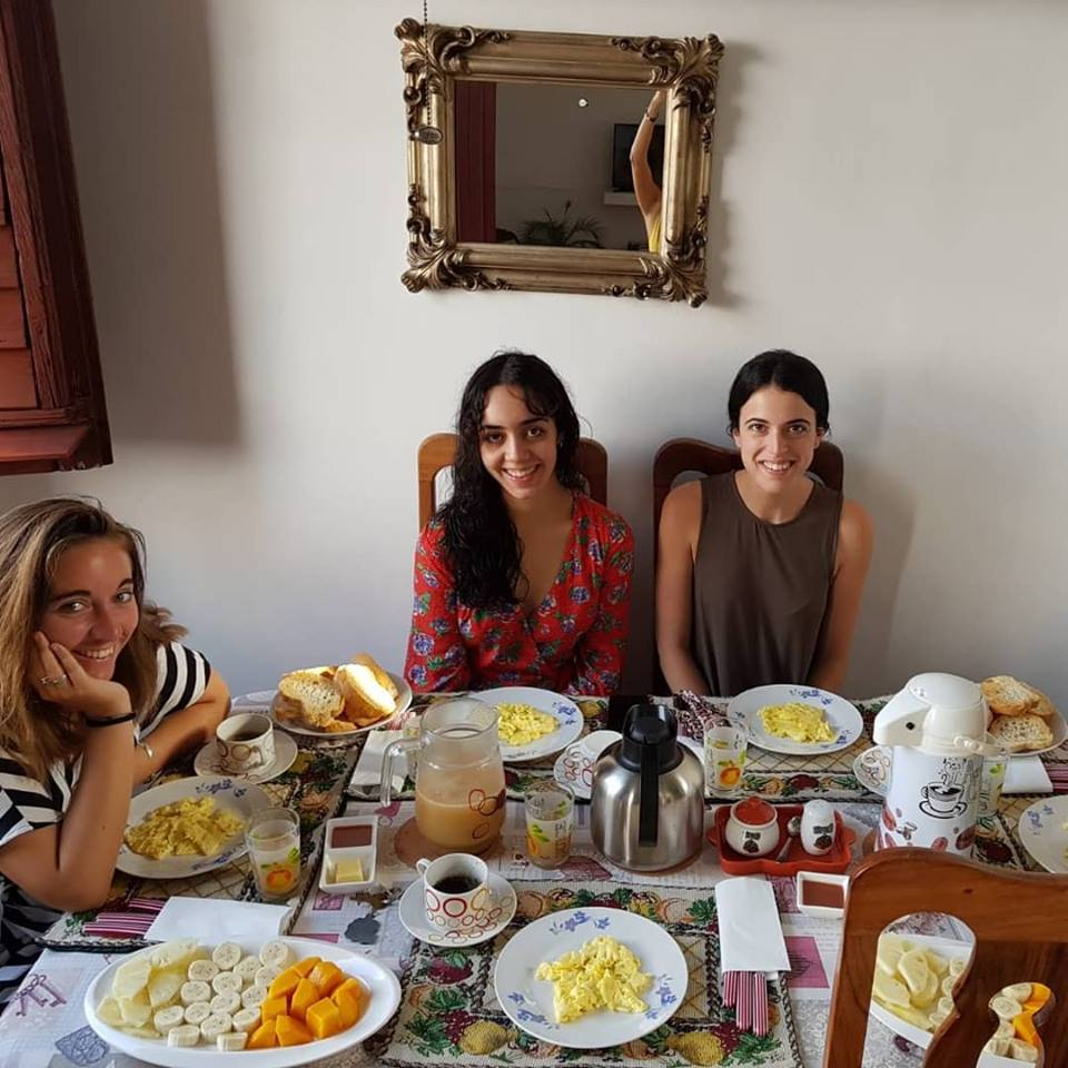 chicas desayunando